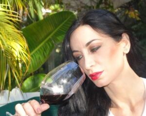 Looking at Wine 300x239 How to Taste Wine, Enjoy Wine, Evaluate Wine like Professional Tasters