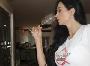 Smelling Wine 300x219 How to Taste Wine, Enjoy Wine, Evaluate Wine like Professional Tasters